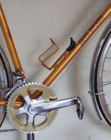 Stylish crankset, matching bottle cage and fenders complete the look